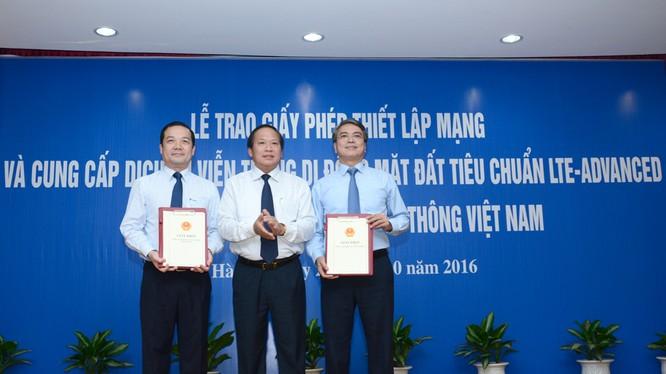 Bộ trưởng Bộ Thông tin và Truyền thông trao giấy phép 4G cho Tập đoàn VNPT