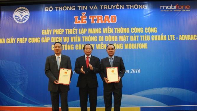 Bộ trưởng Trương Minh Tuấn trao giấy phép cho Mobifone