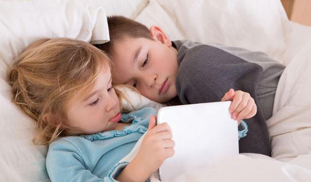 Hình ảnh những đứa trẻ dính lấy các thiết bị di động từ lâu đã trở thành cơn đau đầu dai dẳng cho các bậc cha mẹ và cả xã hội hiện đại.