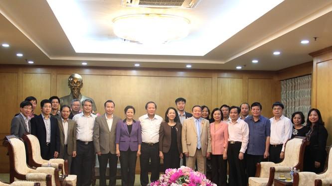 Bộ trưởng Trương Minh Tuấn và đoàn cán bộ Bộ TT&TT chụp ảnh lưu niệm với lãnh đạo Ban Dân vận Trung ương