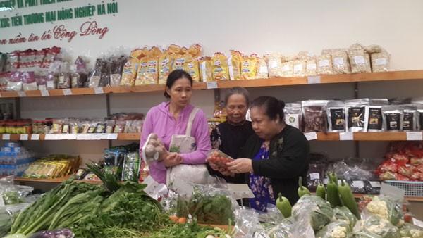 Người tiêu dùng ngày càng có niềm tin hơn vào nông sản an toàn nhờ nguồn gốc rõ ràng trên từng sản phẩm. Ảnh: Tú Mai