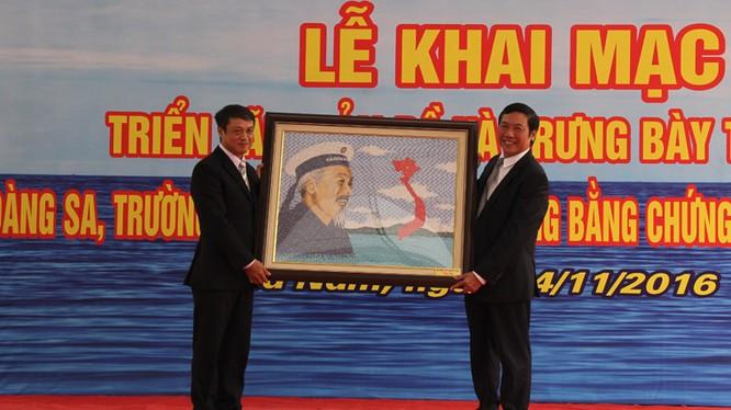 Việc công bố các tư liệu, bằng chứng lịch sử và pháp lý khẳng định chủ quyền của Việt Nam đối với hai quần đảo Hoàng Sa và Trường Sa để tăng cường tuyên truyền, nâng cao nhận thức, trách nhiệm của cán bộ, chiến sĩ và nhân dân trong việc bảo vệ vững chắc c