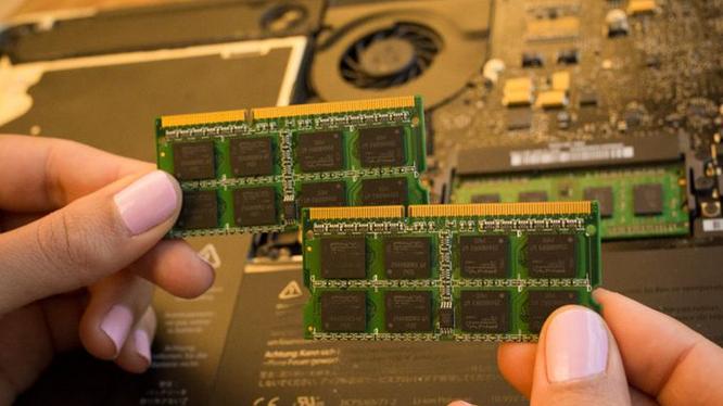Một nâng cấp dễ dàng và khá rẻ để giúp tăng tốc cho laptop đang chậm chạp chính là bổ sung thêm RAM.