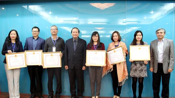 Bộ trưởng Trương Minh Tuấn trao Bằng khen cho 6 tập thể hoàn thành xuất sắc nhiệm vụ.