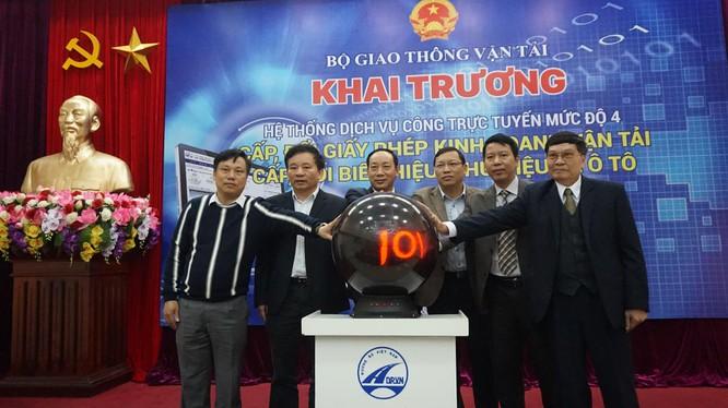 Thứ trưởng Nguyễn Hồng Trường cùng ấn nút khai trương.