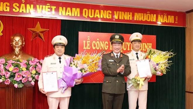 Thượng tướng Nguyễn Văn Thành, ủy viên Trung ương Đảng, Thứ trưởng Bộ Công an trao Quyết định và tặng hoa chúc mừng 02 đồng chí Phó Tổng cục trưởng Tổng cục Cảnh sát.