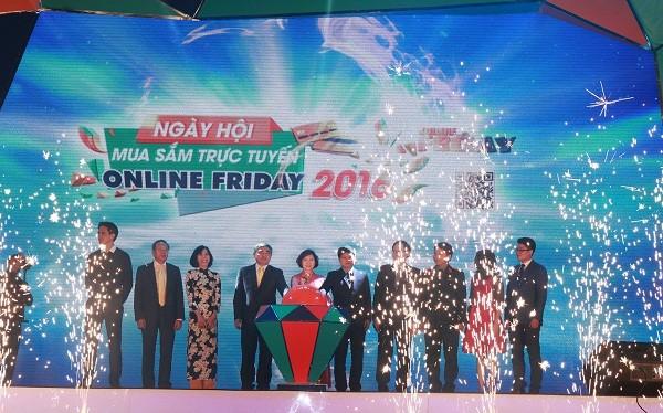 ãnh đạo Bộ, ngành và đại diện lãnh đạo một số doanh nghiệp thương mại điện tử tiêu biểu ấn nút khởi động cho sự kiện Online Friday 2016. Ảnh: Vũ Bảo