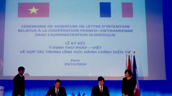 Bộ trưởng Trương Minh Tuấn hội đàm và ký kết ý định thư về hợp tác chính phủ điện tử với ông Vincent Place, Quốc vụ Khanh phụ trách cải cách Nhà nước và đơn giản hoá thủ tục hành chính Pháp ký kết ý định thư hợp tác về Chính phủ điện tử. Ảnh - Vietnamnet.