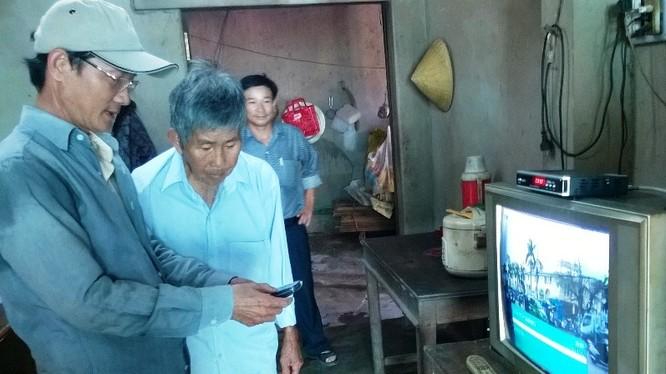Nhân viên kỹ thuật hướng dẫn người dân cách sử dụng đầu thu truyền hình số (ảnh minh hoạ)