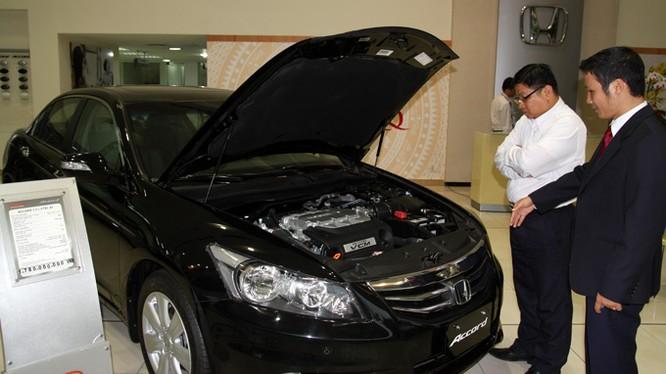 Khách hàng xem xe Honda Accord nhập khẩu từ Thái Lan tại đại lý ô tô Honda Cộng Hòa, TP.HCM.