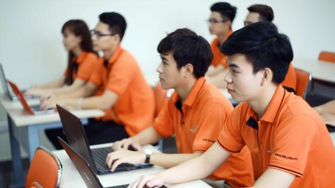 Nghề công nghệ thông tin đứng thứ tư khi xét về mức lương ở cấp bậc nhân viên với mức 9,25 triệu đồng.