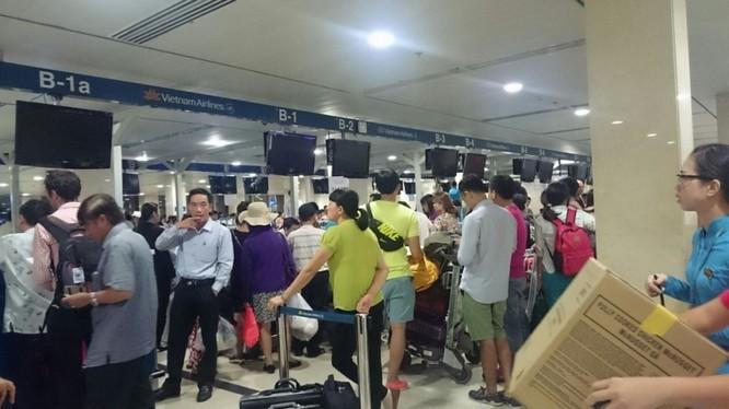 Hệ thống máy tính tại các quầy làm thủ tục cũng ngừng hoạt động, các hãng hàng không phải làm thủ tục check-in cho hành khách bằng tay.