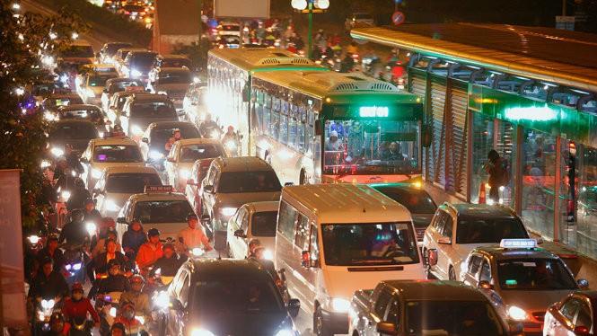 Bus BRT chôn chân tại đường Tố Hữu