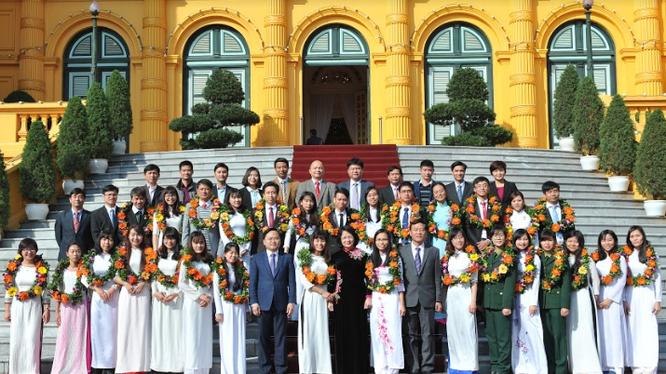 Phó Chủ tịch nước Đặng Thị Ngọc Thịnh gặp gỡ và tuyên dương các tài năng trẻ đạt Giải thưởng KHCN Thanh niên Quả Cầu Vàng và Phần thưởng nữ sinh viên tiêu biểu trong lĩnh vực kỹ thuật 2016.