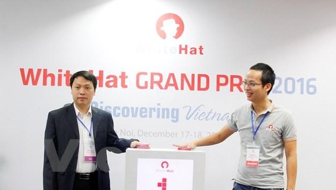 Ông Nguyễn Huy Dũng (trái) khai mạc cuộc thi hacker mũ trắng. (Ảnh: T.H/Vietnam+)