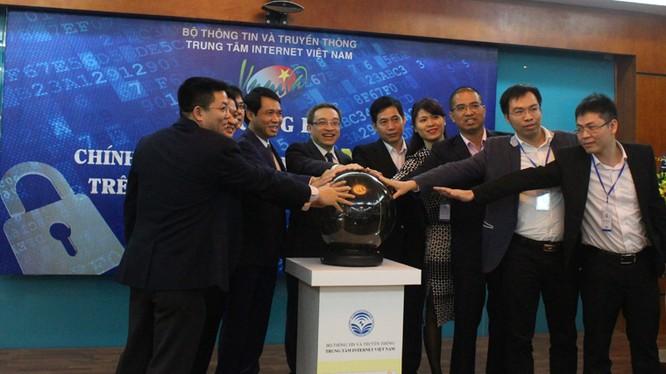 Thứ trưởng Bộ TT&TT Phan Tâm (thứ sáu, phải sang) cùng lãnh đạo một số đơn vị, doanh nghiệp nhấn nút khai trương hệ thống DNSSEC trên hệ thống tên miền quốc gia .vn