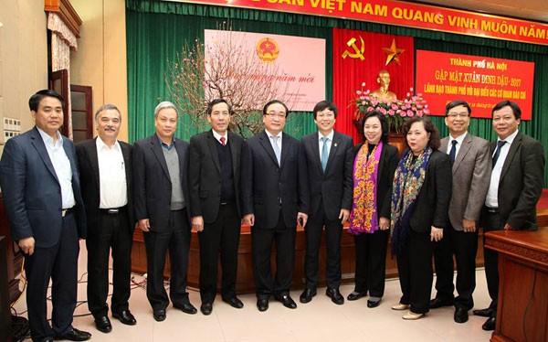 Bí thư Thành ủy Hà Nội Hoàng Trung Hải, Chủ tịch UBND Thành phố Hà Nội Nguyễn Đức Chung chụp ảnh lưu niệm cùng Lãnh đạo các cơ quan báo chí trên địa bàn Thủ đô.