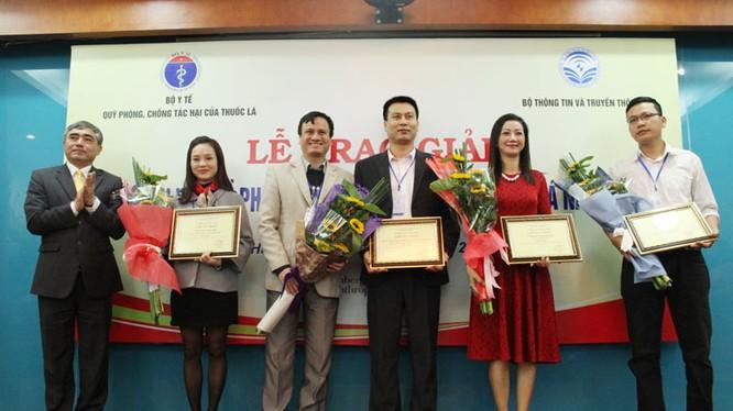 Thứ trưởng Bộ TT&TT Nguyễn Minh Hồng trao giải Nhất cho các tác giả.