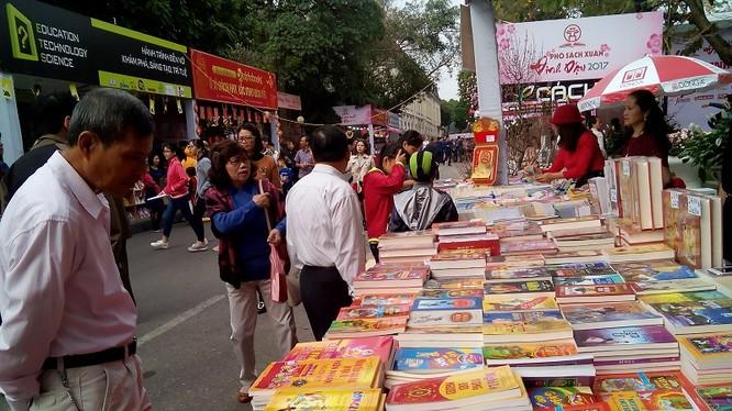 Toàn bộ tiền bán báo Tết sẽ được chuyển thành sách tặng cho các trường học, bưu điện văn hóa các xã miền múi, các xã đặc biệt khó khăn