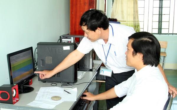 Ảnh minh hoạ: Giáo viên đang nhập điểm thông báo qua tin nhắn đến phụ huynh kết quả học tập của học sinh.