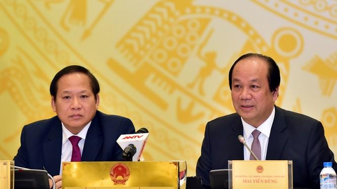 Bộ trưởng, Chủ nhiệm Văn phòng Chính phủ, Người phát ngôn của Chính phủ Mai Tiến Dũng (phải) và Bộ trưởng Bộ Thông tin và Truyền thông Trương Minh Tuấn đồng chủ trì phiên họp báo Chính phủ thường kỳ tháng 1/2017.