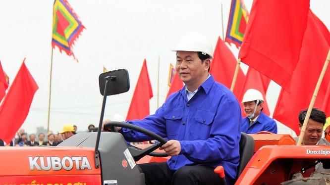 Chủ tịch nước Trần Đại Quang thực hiện nghi lễ cày ruộng bằng máy cày trong sự hưởng ứng nhiệt tình của người dân.