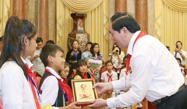 Chủ tịch nước Trần Đại Quang tặng chân dung Chủ tịch Hồ Chí Minh cho các các thiếu nhi.
