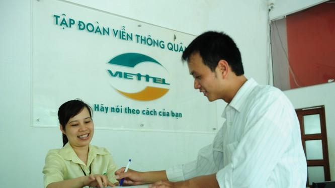 ùng với việc triển khai tự động hóa hệ thống nâng hạ, chia chọn hàng hóa, trong năm nay, Viettel Post cũng sẽ phối hợp với Viễn thông Viettel cung cấp dịch vụ chuyển phát tới tận xã (Ảnh minh họa)