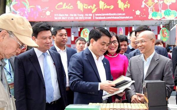 Chủ tịch UBND TP. Hà Nội Nguyễn Đức Chung thăm Phố sách trong ngày khai mạc. Ảnh: Hòa An