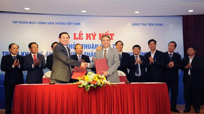 Chủ tịch UBND tỉnh Tiền Giang Nguyễn Văn Hưởng (trái) và Chủ tịch VNPT Trần Mạnh Hùng (phải) ký thỏa thuận hợp tác xây dựng Mỹ Tho trở thành Smart City.