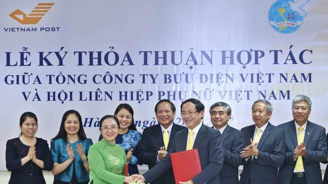Lễ ký kết thỏa thuận hợp tác giữa Tổng công ty Bưu điện Việt Nam và Hội LHPN Việt Nam. Ảnh: MIC