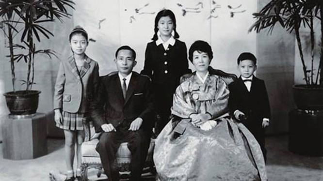Bà Park Geun-hye chào đời ngày 2/2/1952 tại Samdeok-dong, Daegu vào thời điểm cuộc chiến tranh liên Triều vẫn đang ác liệt.