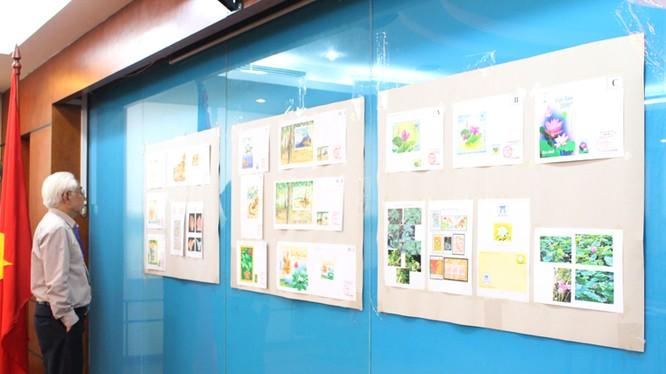 Thành viên Hội đồng tư vấn quốc gia về tem bưu chính xem và đánh giá các mẫu tem