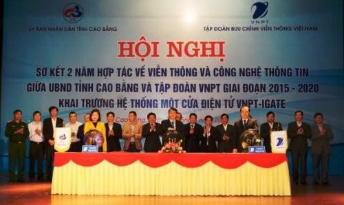 Lãnh đạo UBND tỉnh, Lãnh đạo Tập đoàn VNPT, Giám đốc Sở Nội vụ ấn nút khai trương Hệ thống một cửa điện tử VNPT-iGate.