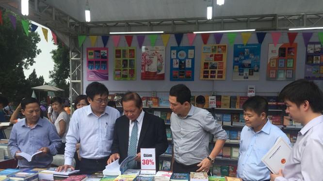 Lãnh đạo Bộ Thông tin và Truyền thông tham quan gian hàng sách tại Ngày sách Việt Nam
