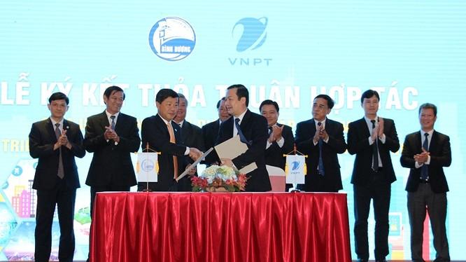 Ông Trần Thanh Liêm- Chủ tịch UBND tỉnh Bình Dương và ông Phạm Đức Long - Tổng Giám đốc VNPT ký kết thỏa thuận hợp tác triển khai smart city tại Bình Dương.