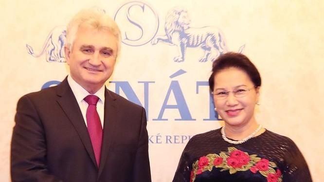 Chủ tịch Thượng viện Cộng hòa Séc Milan Stech đón Chủ tịch Quốc hội Nguyễn Thị Kim Ngân. Ảnh: quochoi.vn