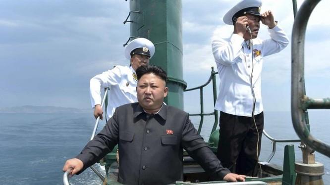 Nhà lãnh đạo Triều Tiên Kim Jong Un trên tàu ngầm đi kiểm tra khả năng ứng phó của Hải quân Quân đội Nhân dân Triều Tiên - Ảnh minh hoạ: Reuters