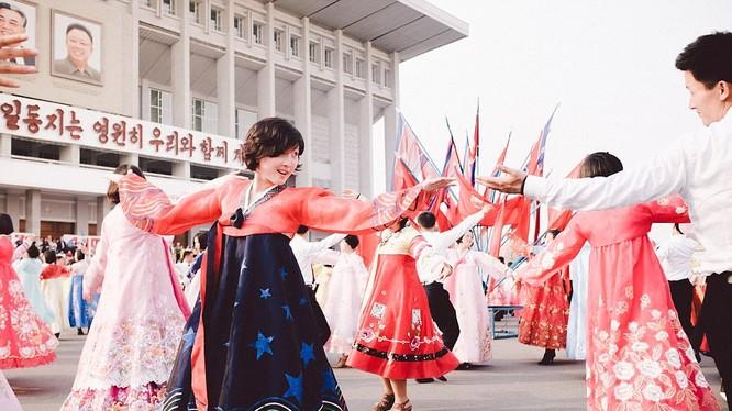 Một buổi biểu diễn của người dân Triều Tiên để bày tỏ lòng tôn kính tới các nhà lãnh đạo của đất nước.