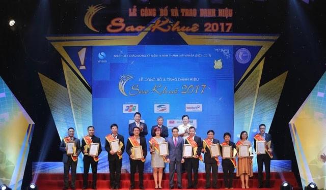 Phó Thủ tướng Vũ Đức Đam, Thứ trướng Bộ TT&TT Nguyễn Thành Hưng cùng Chủ tịch VINASA Trương Gia Bình chụp ảnh lưu niệm cùng Top 10 Sao Khuê 2017