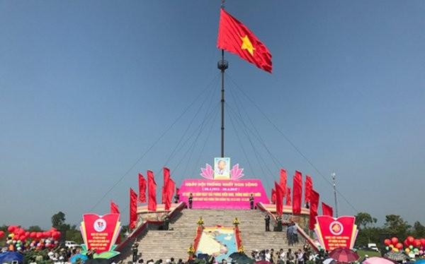 Lá cờ Tổ quốc tung bay trên kỳ đài