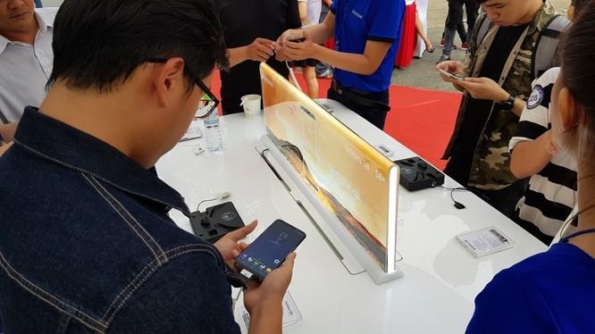 Khách hàng xem Galaxy S8+ tại một sự kiện mở bán của nhà bán lẻ - Ảnh: H.Đ