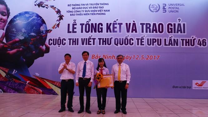 Thứ trưởng Bộ TT&TT Nguyễn Minh Hồng trao giải nhất cho em Nguyễn Đỗ Huyền Vi.