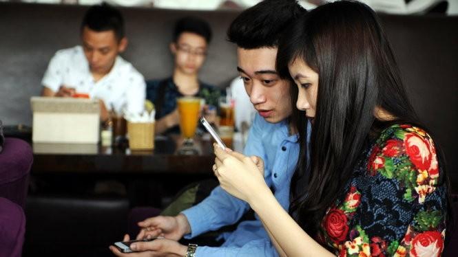 Có thể dễ dàng bắt gặp những hình ảnh người trẻ dùng smartphone để lướt web hay mạng xã hội, tán gẫu và tìm kiếm thông tin tại các quán cà phê. Ảnh minh họa:Internet