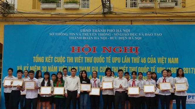 TP. Hà Nội vừa tổ chức Lễ vinh danh 28 em học sinh và 3 tập thể đoạt giải cuộc thi viết thư quốc tế UPU lần thứ 46 - 2017 vào sáng nay (22/5).