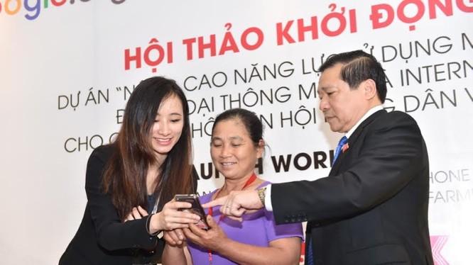 Bà Đỗ Mỹ Hạnh - Thành viên ban dự án - Google Châu Á Thái Bình Dương đang hỗ trợ bà Hà Thị Thắm tìm thông tin thời tiết ở tỉnh Bắc Giang cùng với ông Lại Xuân Môn.