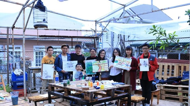 Nhóm sinh viên RMIT Việt Nam đã lên Đà Lạt để thực hiện video và tổ chức vẽ tranh tại một khách sạn.