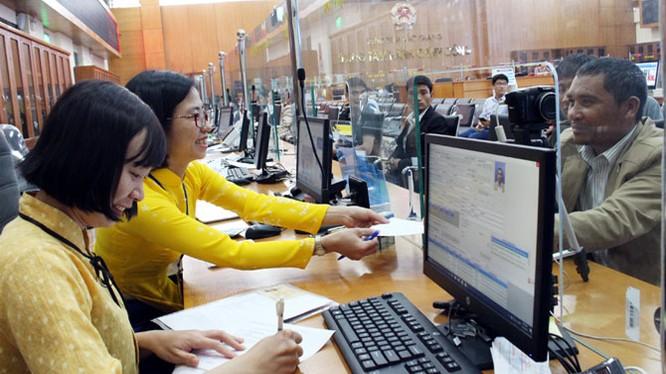 Nhân viên bưu điện tiếp nhận phiếu yêu cầu chuyển trả kết quả thủ tục hành chính. Ảnh minh hoạ: Internet.
