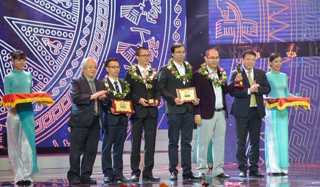 Trong 12 năm qua, đã có hàng nghìn sản phẩm dự thi và hàng chục sản phẩm được tôn vinh qua giải thưởng Nhân tài Đất Việt mỗi năm đã phát huy giá trị, ứng dụng trong mọi lĩnh vực đời sống. Ảnh: Lễ trao giải Nhân tài Đất Việt 2016.