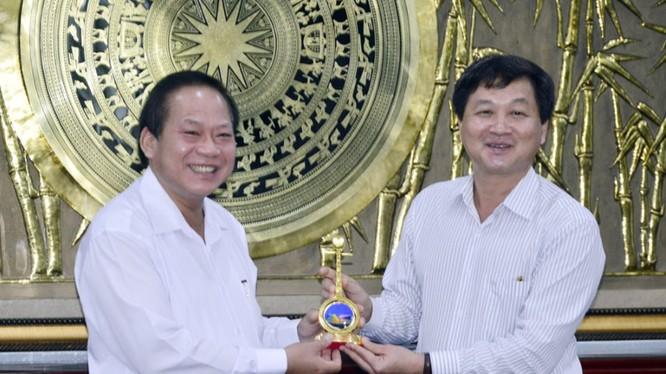 Bí thư Tỉnh ủy Bạc Liêu - Lê Minh Khái tặng biểu tượng cây đờn kìm cho Bộ trưởng Bộ TT&TT Trương Minh Tuấn. Ảnh: C.K
